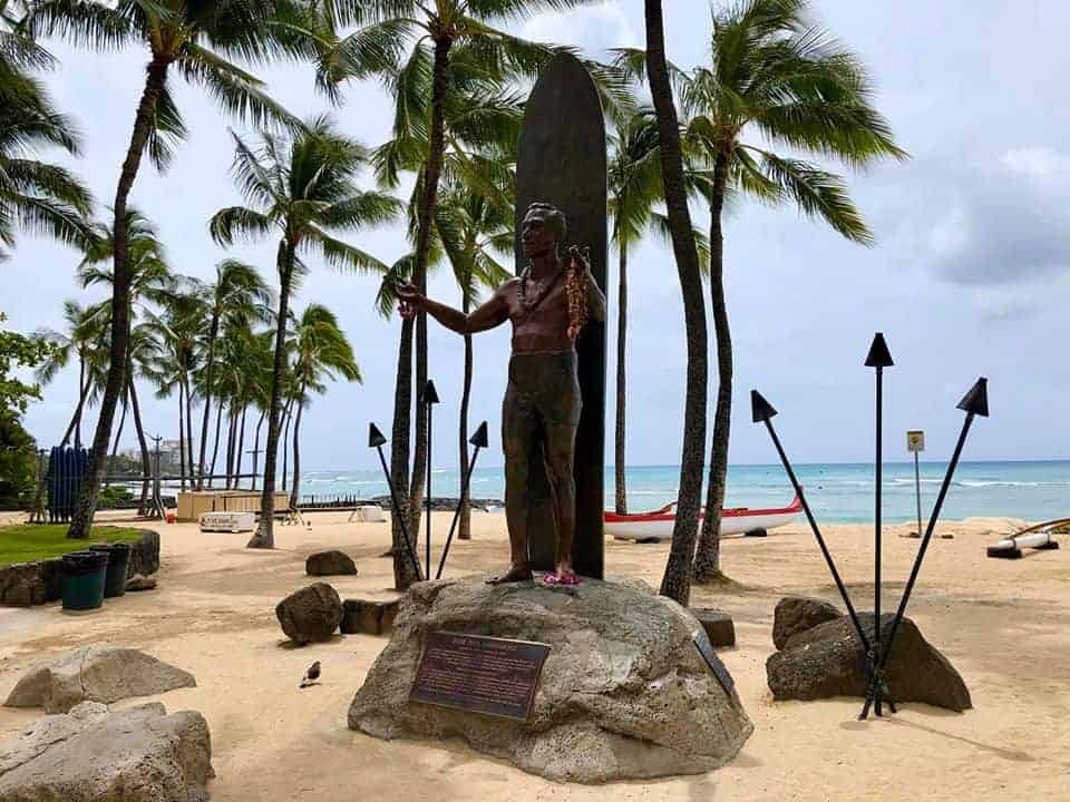 Duke Statue Waikiki with no leis COVID-19